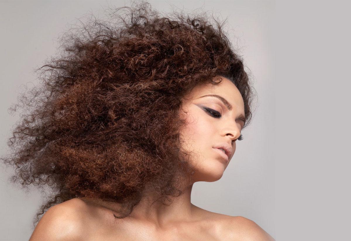 como diminuir o frizz do cabelo