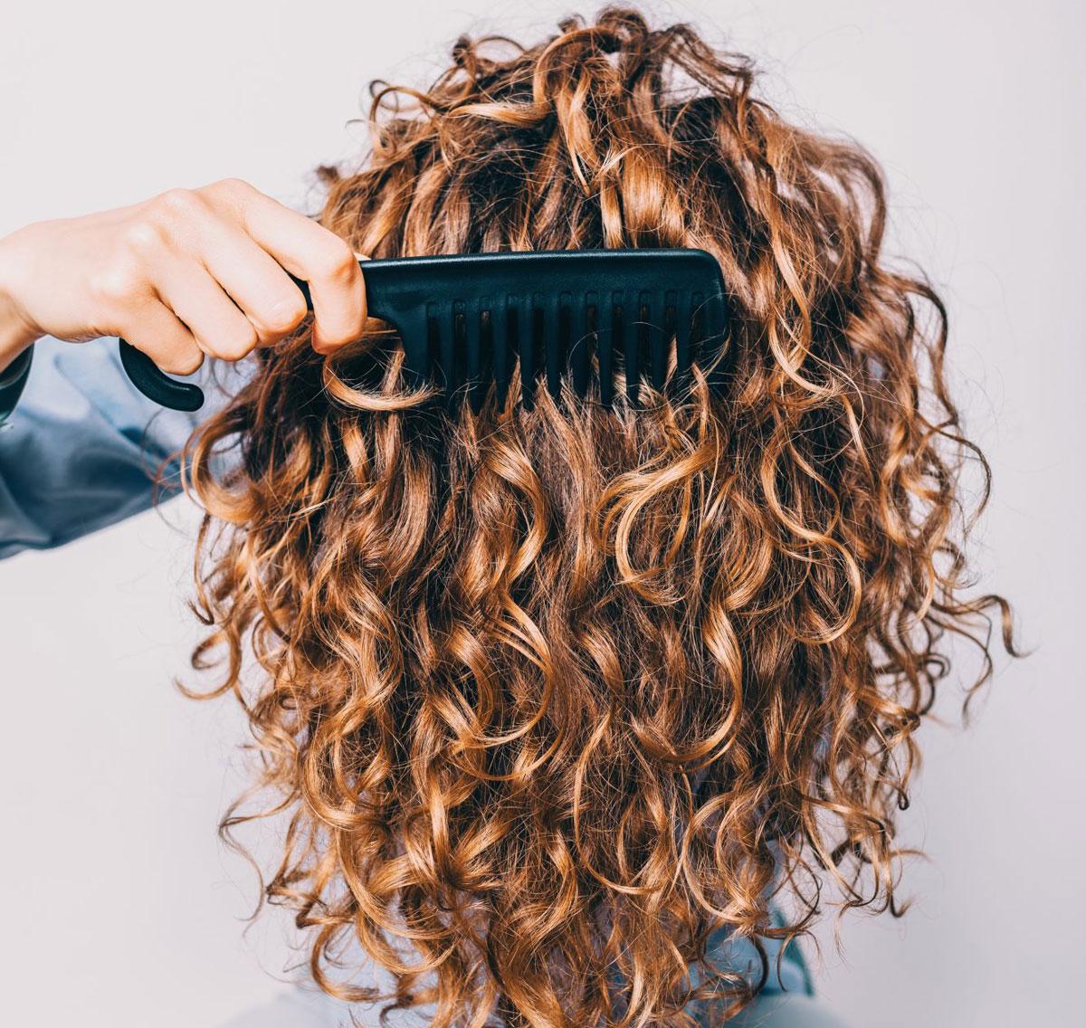pentear ou escovar os cabelos secos ou molhados