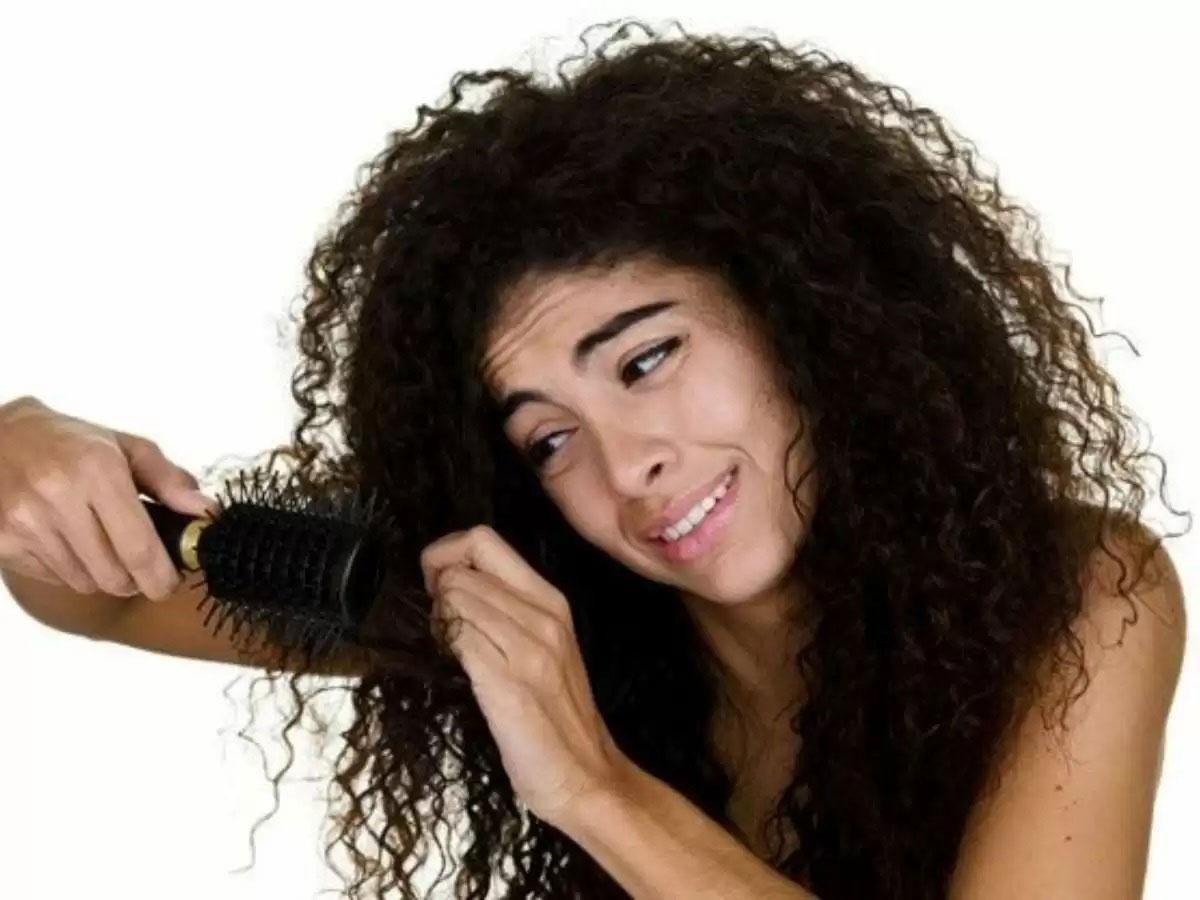 pentear o cabelo cacheado seco