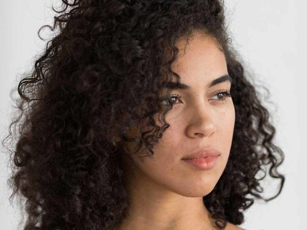o que são as espinhas no couro cabeludo